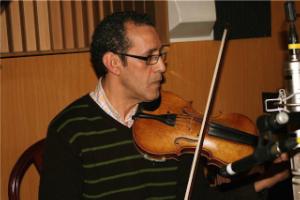 Aziz tocando el violín.