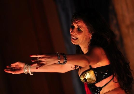 Dina, miradas y danza oriental.