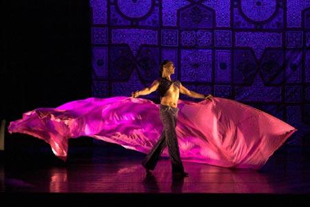 Horacio Cifuentes, bailarín de danza del vientre masculina.