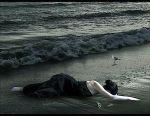 playa-y-mujer-de-negro-en-la-orilla