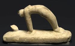 Estatua de mujer acróbata. Periodo Medio egipcio. Tumba D303, Abydos (ca. 1938-1630 a.C). Museo de Brooklyn (Nueva York)
