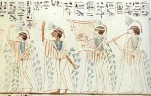 Pintura mural con bailarinas y músicos en el antiguo Egipto.
