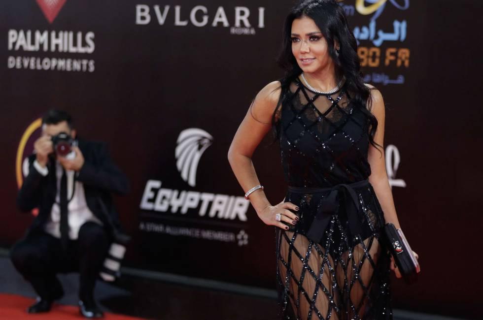 Rania Youssef y su vestido negro de encaje.